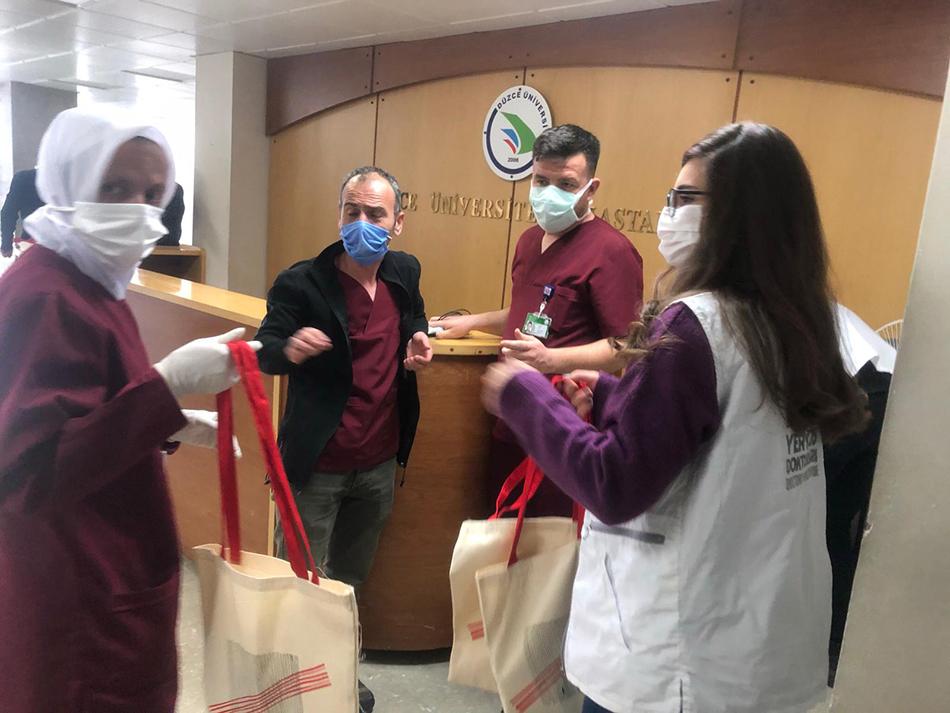 Öğrencilerden Sağlık Çalışanlarına Teşekkür Ziyareti